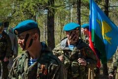 Αποδόσεις επίδειξης των ρωσικών στρατιωτών αερομεταφερόμενων στρατευμάτων στην ημέρα μεγάλης νίκης στο Ομσκ στις 9 Μαΐου 2017 Στοκ εικόνα με δικαίωμα ελεύθερης χρήσης