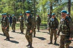 Αποδόσεις επίδειξης των ρωσικών στρατιωτών αερομεταφερόμενων στρατευμάτων στην ημέρα μεγάλης νίκης στο Ομσκ στις 9 Μαΐου 2017 Στοκ Εικόνες