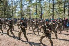 Αποδόσεις επίδειξης των ρωσικών στρατιωτών αερομεταφερόμενων στρατευμάτων στην ημέρα μεγάλης νίκης στο Ομσκ στις 9 Μαΐου 2017 Στοκ εικόνες με δικαίωμα ελεύθερης χρήσης
