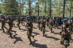 Αποδόσεις επίδειξης των ρωσικών στρατιωτών αερομεταφερόμενων στρατευμάτων στην ημέρα μεγάλης νίκης στο Ομσκ στις 9 Μαΐου 2017 Στοκ φωτογραφία με δικαίωμα ελεύθερης χρήσης