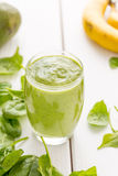 Απολύτως καταπληκτικός πράσινος καταφερτζής αβοκάντο, που γίνεται με τα φρέσκα αβοκάντο, την μπανάνα, το χυμό λεμονιών και το μη  στοκ εικόνες