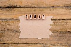 Απρίλιος - ημερολογιακός μήνας στα ξύλινα κεφαλαία γράμματα με χειροποίητο pap Στοκ Φωτογραφία