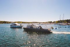 17 Απριλίου 2014 Η πόλη του nynashamn στη Σουηδία Το ανάχωμα της θάλασσας της Βαλτικής Αγκυροβόλιο, χώρος στάθμευσης και βάρκες,  Στοκ φωτογραφία με δικαίωμα ελεύθερης χρήσης