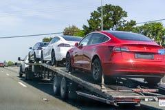 26 Απριλίου 2019 πόλη Redwood/ασβέστιο/ΗΠΑ - ο μεταφορέας αυτοκινήτων φέρνει πρότυπα 3 νέα οχήματα τέσλα κατά μήκος μιας εθνικής  στοκ φωτογραφίες με δικαίωμα ελεύθερης χρήσης