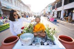 14 Απριλίου 2019 - Ταϊλάνδη:: πλημμυρίστε το γλυπτό μοναχών στο φεστιβάλ Songkran στοκ εικόνες