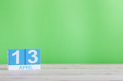 13 Απριλίου Ημέρα 13 του μήνα, του ημερολογίου στον ξύλινο πίνακα και του πράσινου υποβάθρου Χρόνος άνοιξη, κενό διάστημα για το  Στοκ φωτογραφίες με δικαίωμα ελεύθερης χρήσης