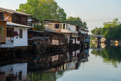 1 Απριλίου 2015 - Lat Phrao, Μπανγκόκ: Σπίτια γύρω από το cana Lat Phrao Στοκ Εικόνες