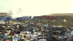 Απόβλητα απορρίψεων απορριμάτων με τον καπνό στην ηλιόλουστη ημέρα απόθεμα βίντεο