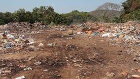 Απόβλητα απορρίψεων απορριμάτων με τον καπνό στην ηλιόλουστη ημέρα φιλμ μικρού μήκους
