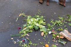 Απόβλητα τροφίμων, περισσεύματα σε ένα πάτωμα στην αγορά τροφίμων οδών οργανικά απόβλητα λιπάσμα&t Στοκ Εικόνες