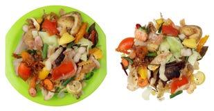 Απόβλητα τροφίμων που παραμένουν μετά από το χορτοφάγο μαγείρεμα γευμάτων στο λευκό Στοκ Φωτογραφία