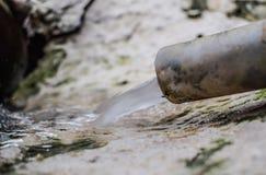 Απόβλητο ύδωρ από το λαστιχένιο σωλήνα στοκ εικόνα με δικαίωμα ελεύθερης χρήσης