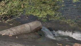 Απόβλητα απελευθέρωσης στη λίμνη από το σωλήνα απόθεμα βίντεο