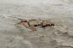 Απόβλητα στο βρώμικο χιόνι Στοκ φωτογραφία με δικαίωμα ελεύθερης χρήσης