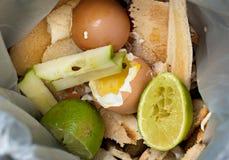 Απόβλητα τροφίμων μέσα στην τσάντα ανακύκλωσης τροφίμων Στοκ Φωτογραφία