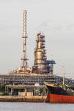 Απόγευμα εγκαταστάσεων καθαρισμού πετρελαίου πριν από το ηλιοβασίλεμα Στοκ φωτογραφίες με δικαίωμα ελεύθερης χρήσης