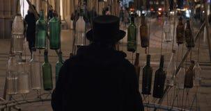 Απόδοση μπουκαλιών γυαλιού στην οδό απόθεμα βίντεο