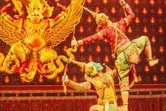 Απόδοση Khon, η μάχη μεταξύ του γίγαντα και κακό στη λογοτεχνία το έπος Ramayana Το Khon είναι ταϊλανδικό καλυμμένο κλασικός παιχ στοκ εικόνες