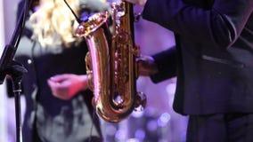 Απόδοση Saxophone από τη μουσική ομάδα, κορίτσι με το saxophone, κορίτσι που παίζει το saxophone, saxophone, στάδιο απόθεμα βίντεο