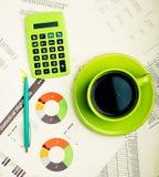 απόθεμα εκθέσεων ελέγχου αγοράς επιχειρησιακών γραφικών παραστάσεων έγγραφο διαγραμμάτων φλυτζανιών καφέ διαγραμμάτων λογιστικής  Στοκ Φωτογραφία