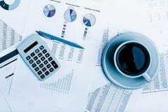 απόθεμα εκθέσεων ελέγχου αγοράς επιχειρησιακών γραφικών παραστάσεων έγγραφο διαγραμμάτων φλυτζανιών καφέ διαγραμμάτων λογιστικής  Στοκ Εικόνες