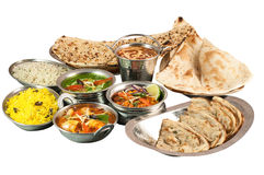 Απόθεμα των διάφορων ινδικών τροφίμων στα κύπελλα μετάλλων και στα μεταλλικά πιάτα στο άσπρο υπόβαθρο Στοκ εικόνα με δικαίωμα ελεύθερης χρήσης