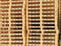 Απόθεμα των νέων ξύλινων ευρο- παλετών στην επιχείρηση μεταφορών Στοκ Φωτογραφία