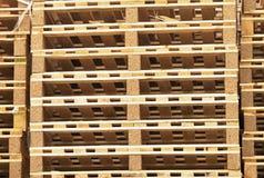 Απόθεμα των νέων ξύλινων ευρο- παλετών στην επιχείρηση μεταφορών Στοκ φωτογραφίες με δικαίωμα ελεύθερης χρήσης