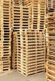 Απόθεμα των νέων ξύλινων ευρο- παλετών στην επιχείρηση μεταφορών Στοκ Εικόνα