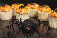 Απόκοσμη αράχνη με αποκριές Cupcakes Στοκ Φωτογραφίες