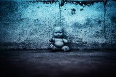 Απόκοσμη κούκλα στο συχνασμένο σπίτι Στοκ εικόνα με δικαίωμα ελεύθερης χρήσης