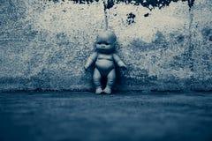 Απόκοσμη κούκλα στο συχνασμένο σπίτι Στοκ εικόνες με δικαίωμα ελεύθερης χρήσης
