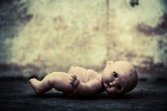 Απόκοσμη κούκλα στο συχνασμένο σπίτι Στοκ Εικόνες