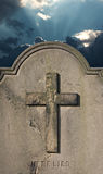 Απόκοσμη παλαιά ταφόπετρα νεκροταφείων ενάντια στο θυελλώδη ατμοσφαιρικό ουρανό Στοκ Εικόνες