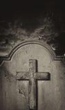 Απόκοσμη παλαιά ταφόπετρα νεκροταφείων ενάντια στο θυελλώδη ατμοσφαιρικό ουρανό Στοκ Φωτογραφία