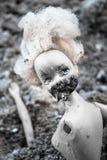 Απόκοσμη πλαστική κούκλα στο σωρό της τέφρας Στοκ Εικόνα
