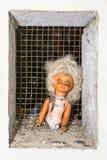 Απόκοσμη σκηνή με μια σπασμένη εγκαταλειμμένη κούκλα Στοκ Εικόνες