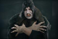 Απόκοσμος διάβολος vamp με τα μεγάλα τρομακτικά καρφιά Κόλαση και φρίκη Στοκ εικόνες με δικαίωμα ελεύθερης χρήσης