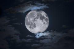 Απόκοσμο πλήρες φεγγάρι αποκριών που πλαισιώνεται από τα σύννεφα Στοκ Εικόνα