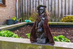 Απόκοσμο statuette μαγισσών σε έναν κήπο, υπαίθριες διακοσμήσεις αποκριών, χαρακτήρες παραμυθιού στοκ φωτογραφίες με δικαίωμα ελεύθερης χρήσης