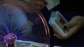 Απόκρυφες κάρτες Tarot που διαβάζουν το μέλλον απόθεμα βίντεο