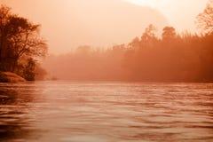 Απόκρυφος ποταμός ομίχλης και δασικό τοπίο στοκ εικόνες με δικαίωμα ελεύθερης χρήσης