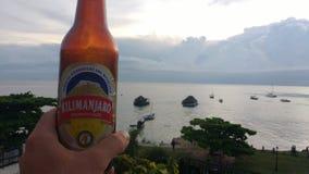 Απόλαυση μιας κρύας μπύρας που αγνοεί τον κόλπο στην πόλη πετρών σε Zanzibar στοκ φωτογραφία με δικαίωμα ελεύθερης χρήσης