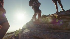 Απόλαυση ομάδας ανθρώπων που είναι στην αιχμή βουνών απόθεμα βίντεο