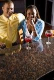 απόλαυση ποτών ζευγών ράβδ& Στοκ Εικόνες