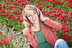 απόλαυση της ευτυχούς μουσικής κοριτσιών Στοκ εικόνα με δικαίωμα ελεύθερης χρήσης