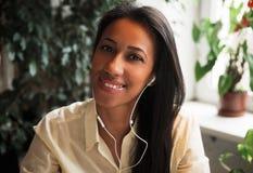 απόλαυση της μουσικής Ελκυστική νέα αφρικανική γυναίκα που φορά το ακουστικό Στοκ εικόνες με δικαίωμα ελεύθερης χρήσης