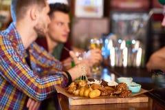 Απόλαυση του βραδιού στο μπαρ στοκ εικόνα με δικαίωμα ελεύθερης χρήσης