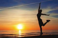 Απόλαυση του θερινού ηλιοβασιλέματος Εύθυμη σκιαγραφία γυναικών που χορεύει επάνω Στοκ φωτογραφία με δικαίωμα ελεύθερης χρήσης
