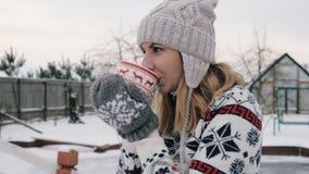 Απόλαυση του υπαίθριου καυτού τσαγιού ή του καφέ κατανάλωσης γυναικών από το φλυτζάνι στο χειμερινό πρωί 4k φιλμ μικρού μήκους